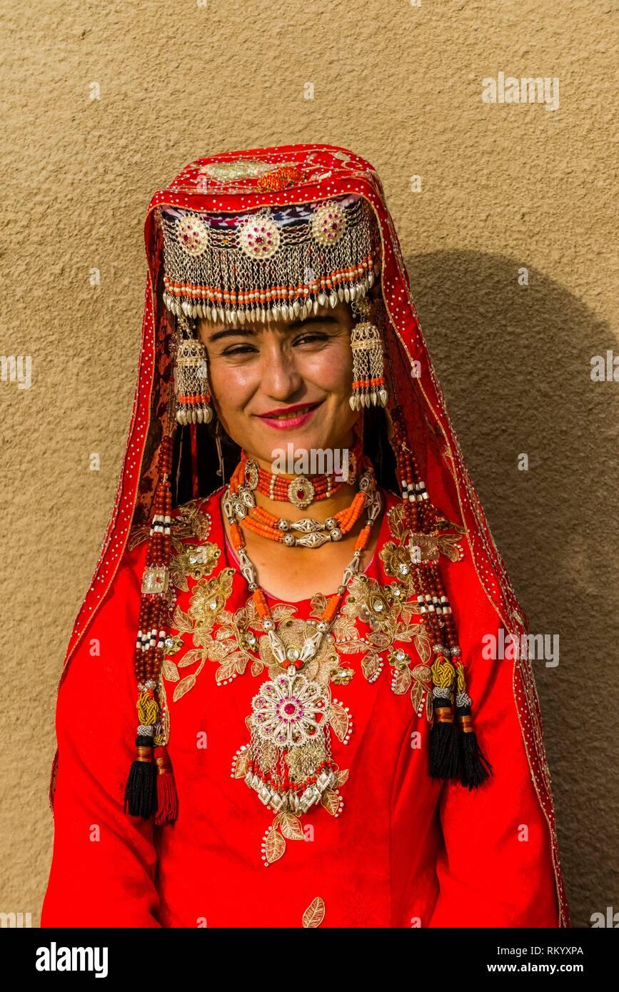 Una minoranza tagika donna in abiti tradizionali, Taxkorgan è lungo la Karakoram Highway (storicamente, questa è stata una sosta della carovana del antico seta Immagini Stock
