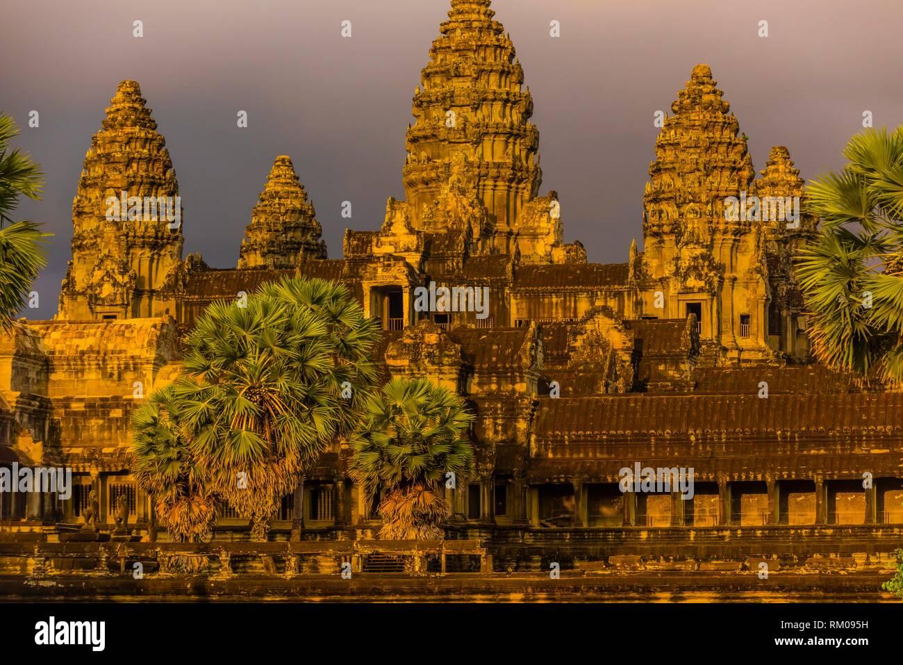 Angkor Wat, il più grande monumento religioso nel mondo (significa città che è un tempio); Cambogia. Foto Stock