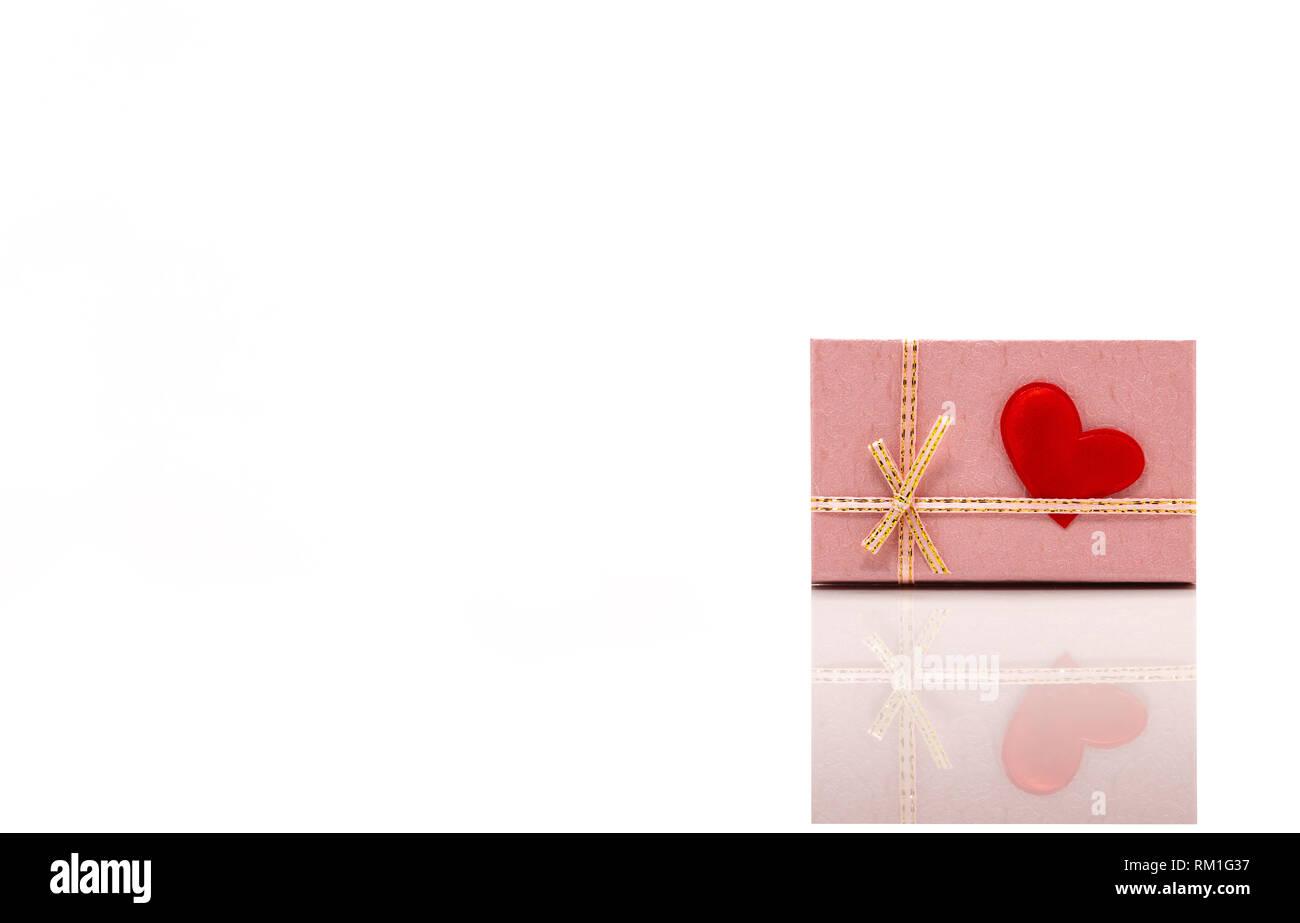 Vista Frontale Di Un Rosa Confezione Regalo Con Un Cuore Rosso Ad