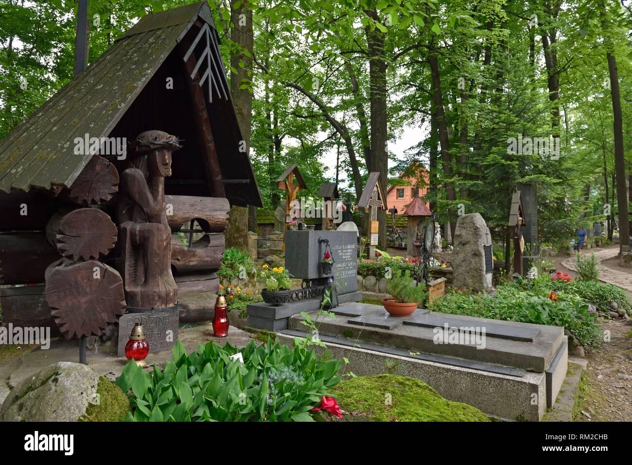 Rappresentazione di ''preoccupato'' o ''Distressed'' Cristo, relative al polacco della cultura popolare, su legno stele funeraria nel vecchio cimitero di Zakopane, Immagini Stock