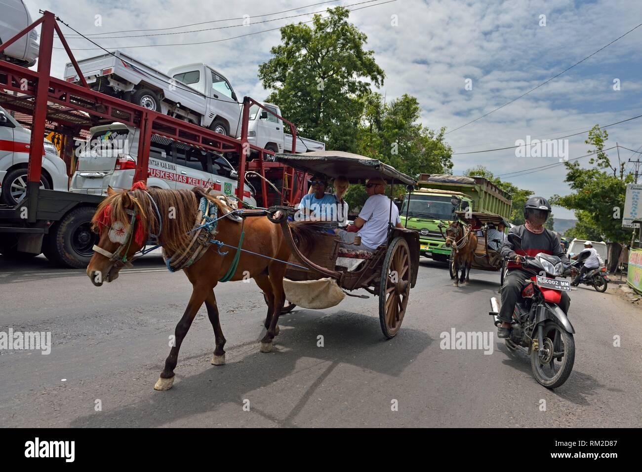 ''Dokar'' equitazione, carrozza trainata da cavalli, un tipico mezzo indonesiano di trasporto, Lasem, isola di Giava, in Indonesia, sud-est asiatico. Immagini Stock