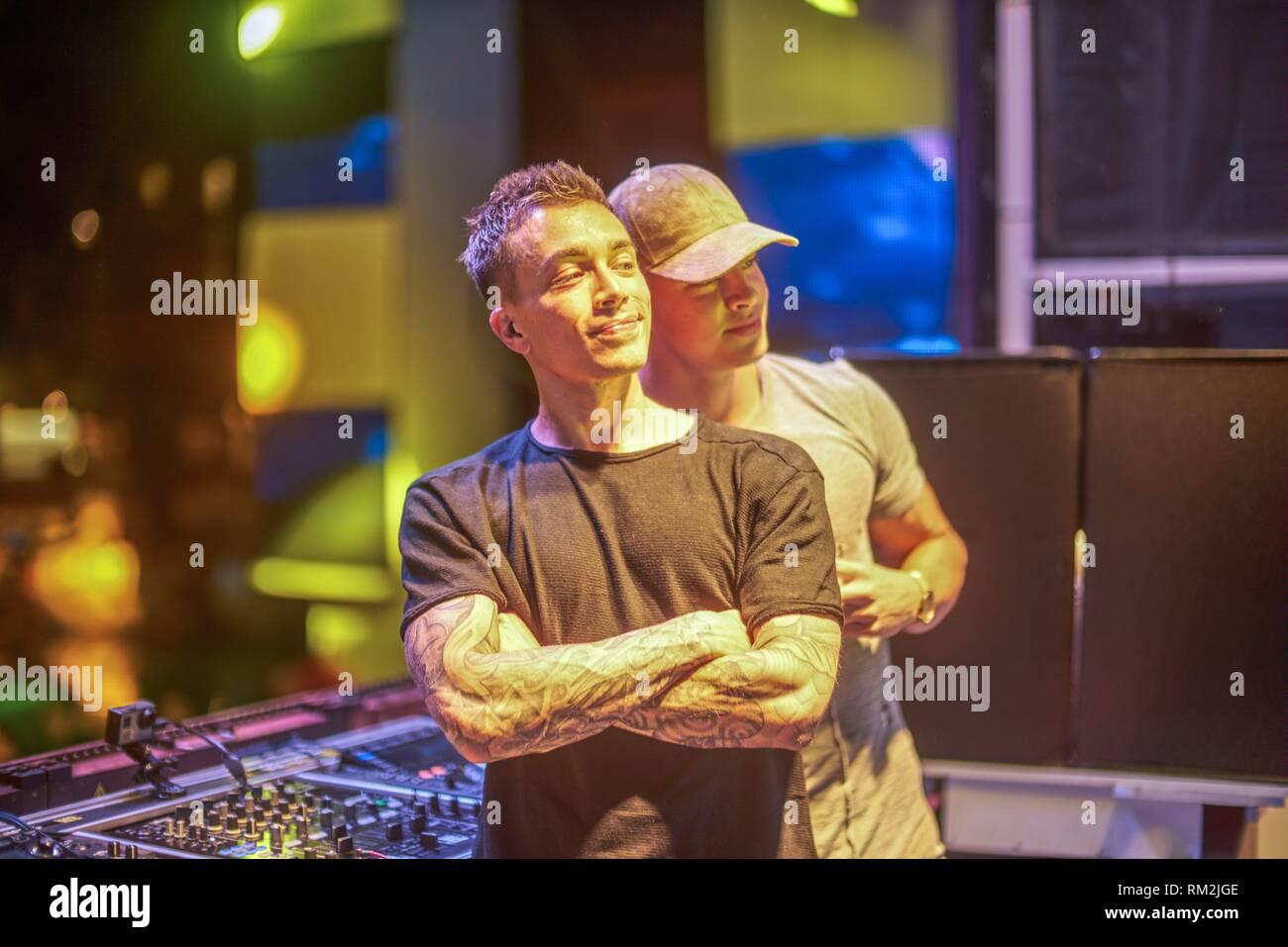 """DJ Headhunterz in posa con il famoso Instagrammer e fitness coach """"studente estetica' sul palco per i social media foto, al festival di musica in Starbeach Immagini Stock"""