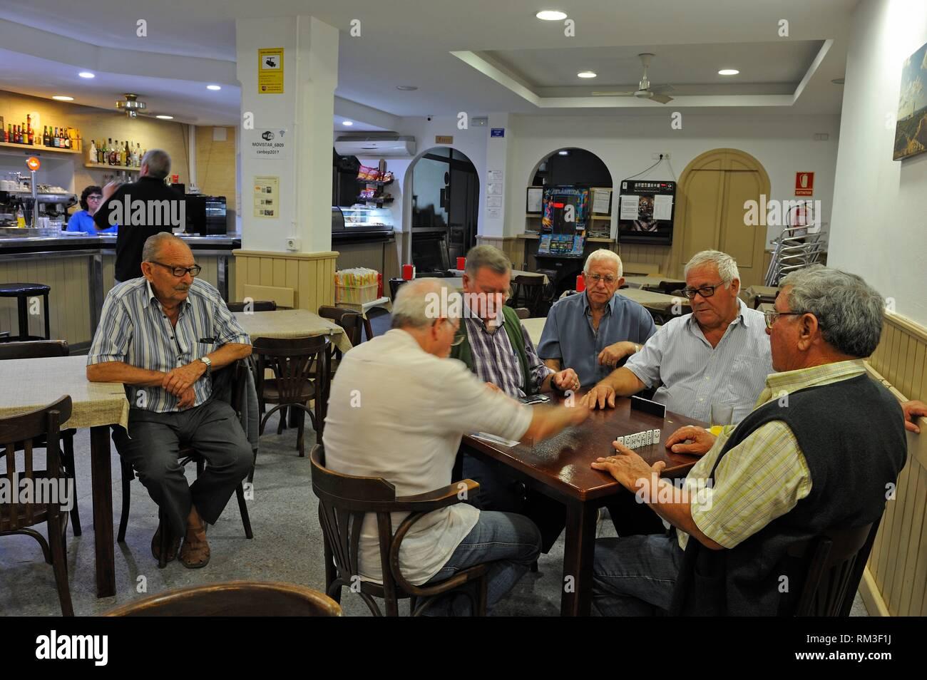 Gli uomini la riproduzione di gioco di domino a Ca'n Bep cafe nella città di Es Mercadal, Menorca, isole Baleari, Spagna, Europa. Immagini Stock