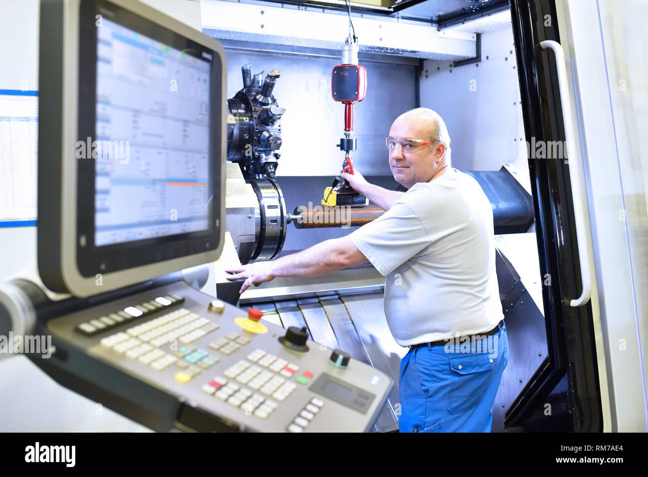 Macchina CNC in industriale moderna ingegneria meccanica - lavoratori sul luogo di lavoro Foto Stock