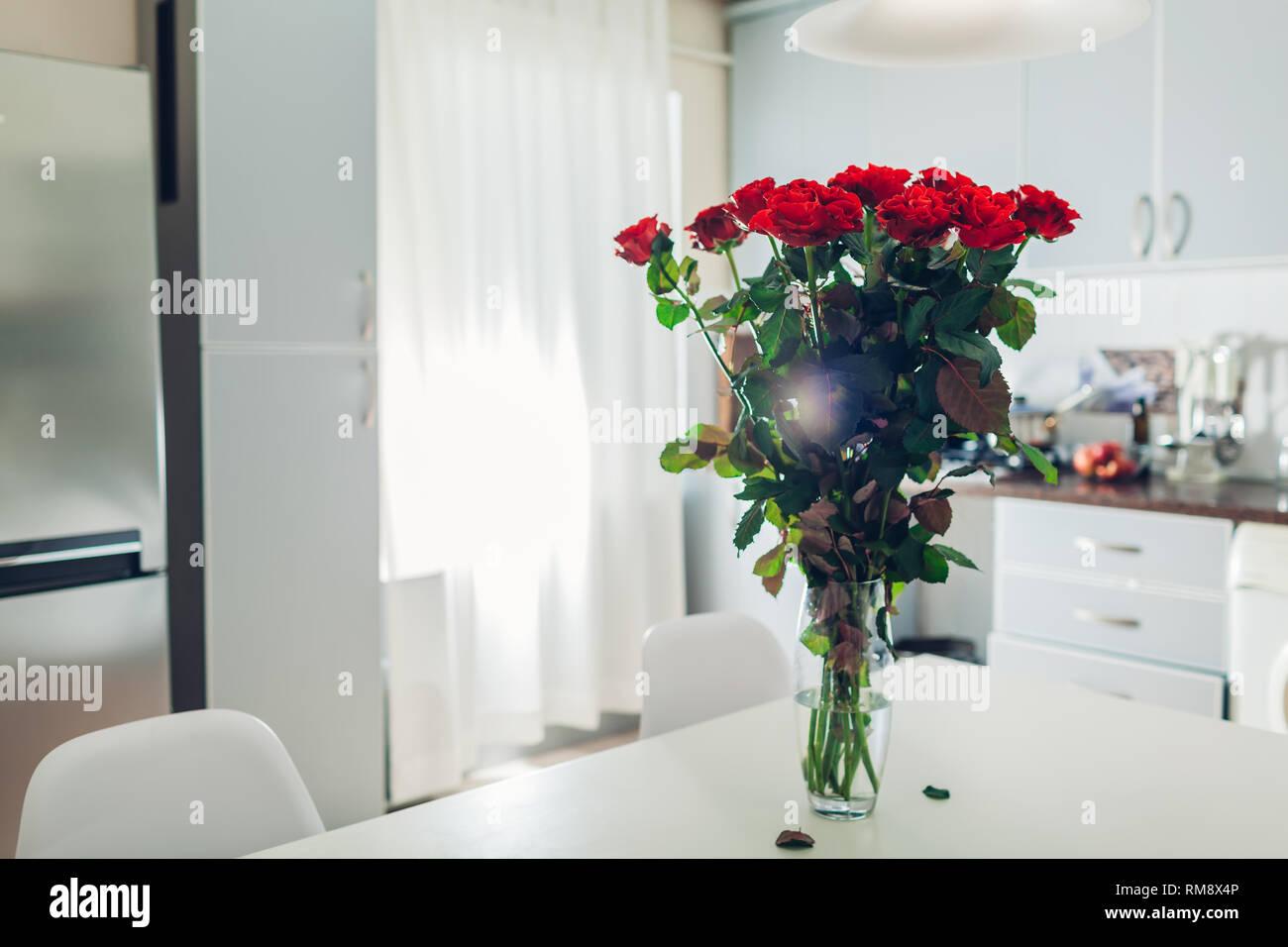 Bouquet di rose rosse a sinistra sulla cucina. Sorpresa per ...