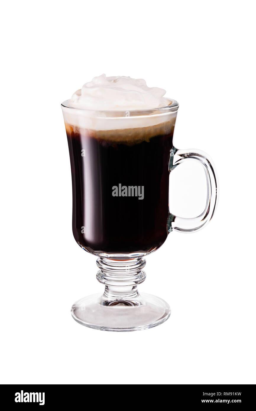 Caloroso Whiskey Irish Coffee Cocktail sul bianco con un tracciato di ritaglio Foto Stock