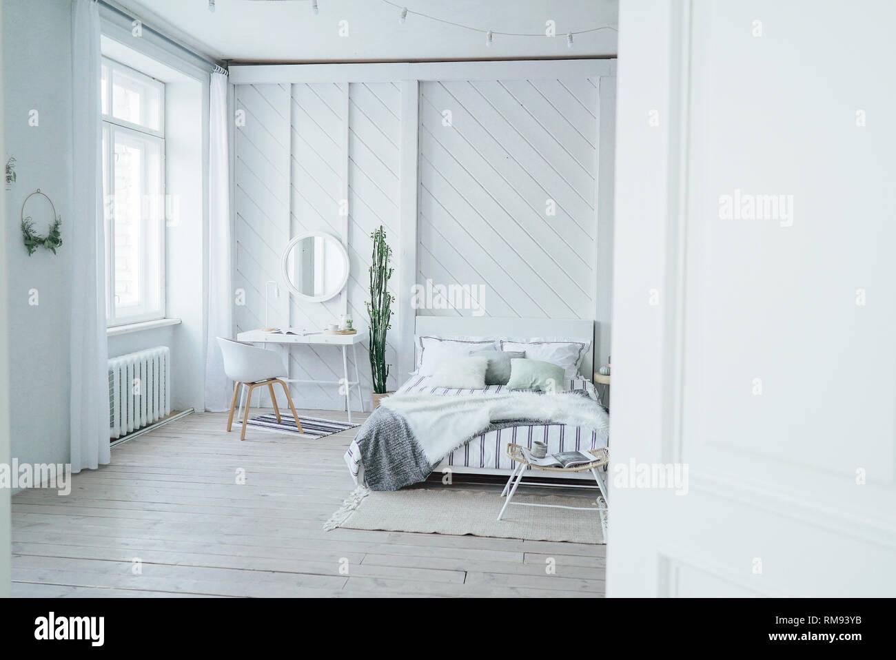 Moderno scandinavo accogliente eco interno, tavolo bianco e ...
