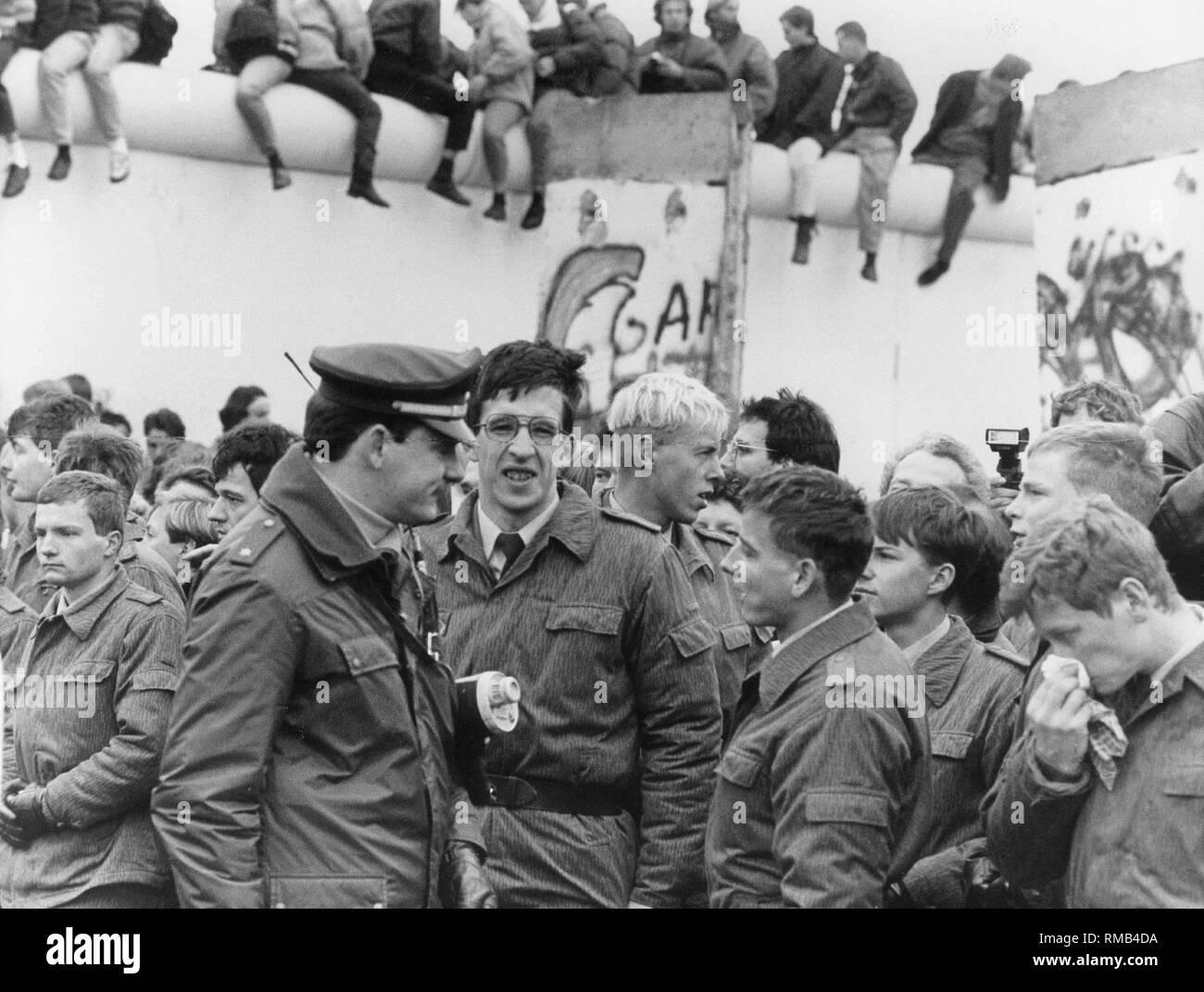 A Berlino Ovest funzionario di polizia i colloqui con il suo est omologhi tedeschi dopo la caduta del muro di Berlino. Immagini Stock