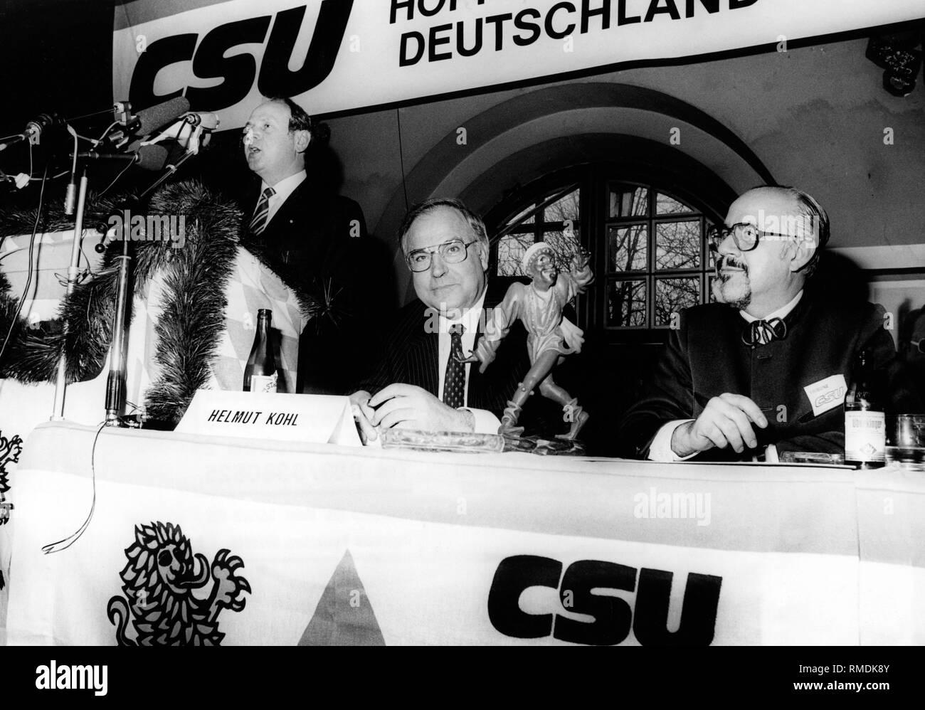 Il sindaco di Monaco di Baviera Erich Kiesl dà un discorso a un evento della campagna per le elezioni federali in Monaco di Baviera Salvatorkeller (Paulaner Am Nockherberg). A destra, il cancelliere federale Helmut Kohl e Hans Klein, Membro del Bundestag e addetto stampa della CSU, tra un ballerino Moresca, dono della città di Monaco di Baviera e il Cancelliere federale. Immagini Stock