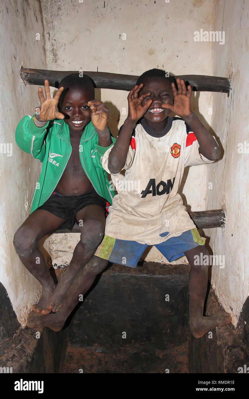 Cheeky ragazzi ghanesi fingendo di essere Scary Lions Immagini Stock