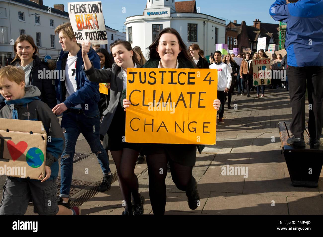 """A Stratford upon Avon, Regno Unito. 15 feb 2019. Gli studenti in sciopero che trasportano gli striscioni impegnativa azione di governo sul cambiamento climatico nel centro di Febbraio 15 2018 Stratford-upon Avon Regno Unito. Nella loro nazionale lettera aperta che dicono al governo """"abbiamo avuto abbastanza; non ci sono più scuse; non più inazione; vogliamo un futuro e ci permetterà di lottare per esso."""" Grazie Credito: Mark Boulton/Alamy Live News Foto Stock"""