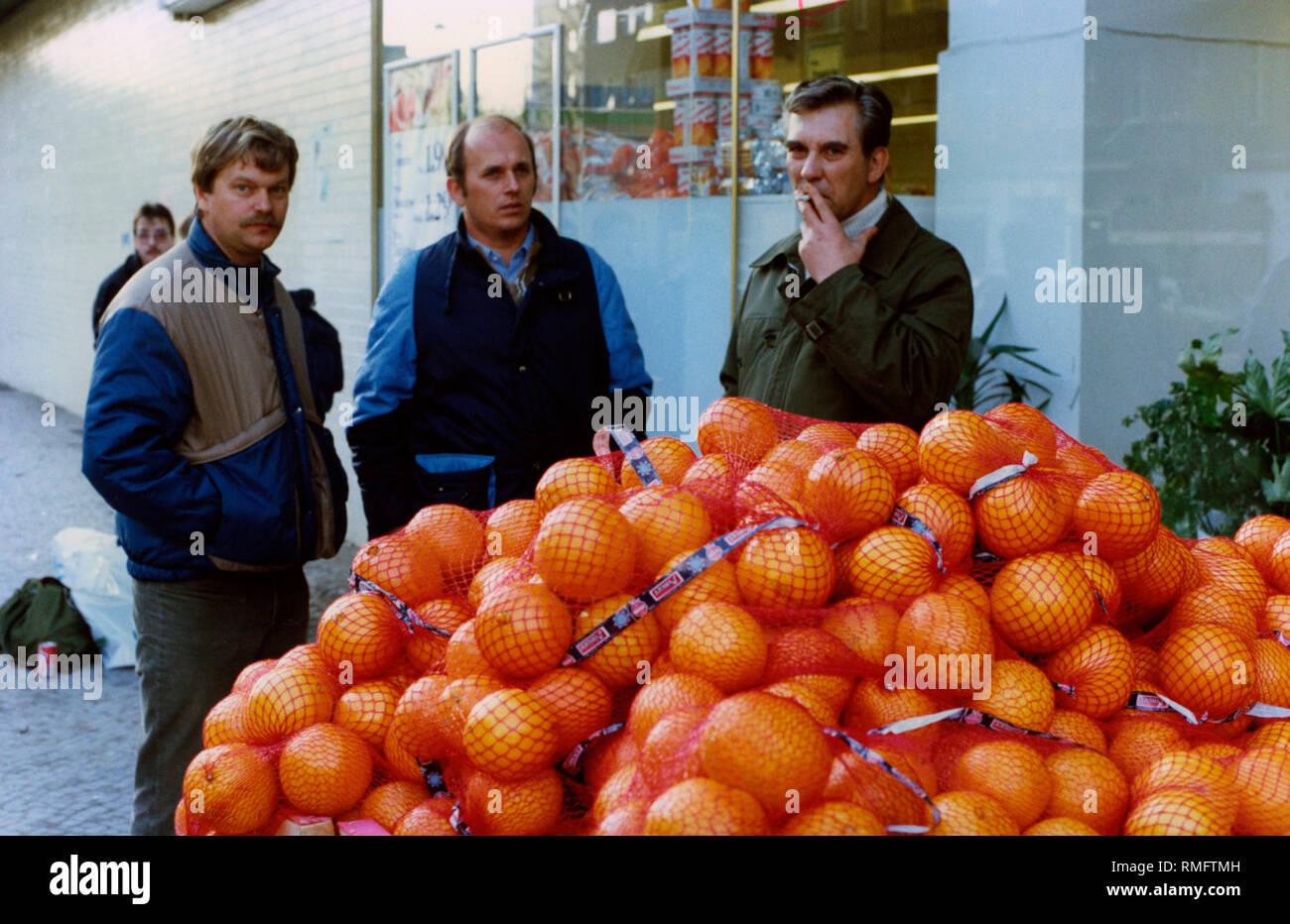 Dopo la caduta del muro di Berlino, molti berlinesi est visitare la parte ovest della città, qui ad una frutta stand di un supermercato con arance. Immagini Stock