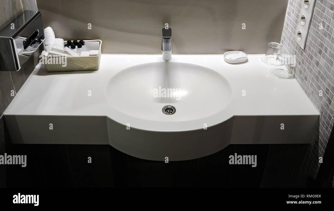 Vasca Da Bagno Per Hotel : Vasca da bagno lavandino in camera bianca con set di pulizia in un