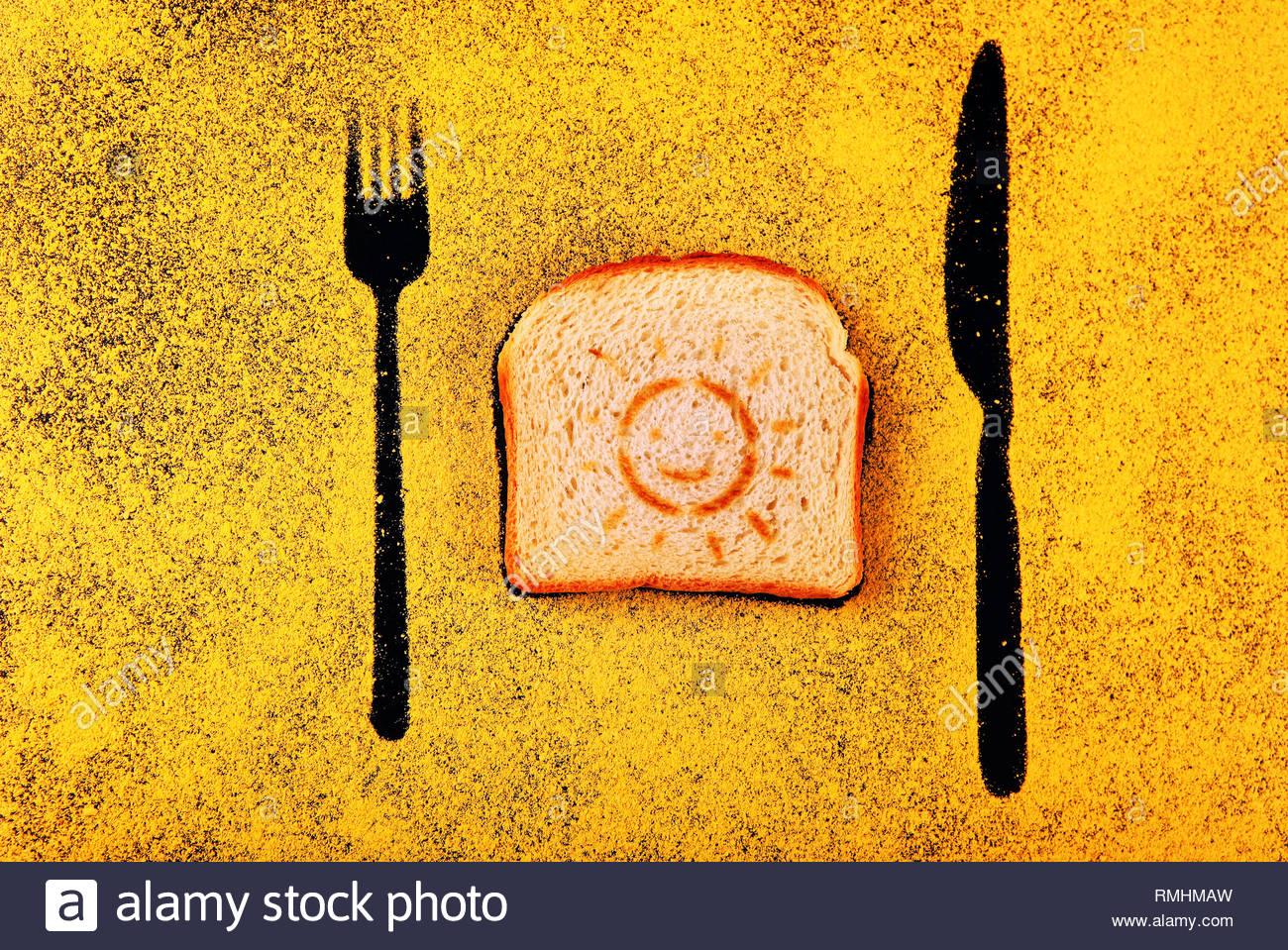 Toast simbolo del sole forcella ombra Coltello giallo lavagna chalk Immagini Stock