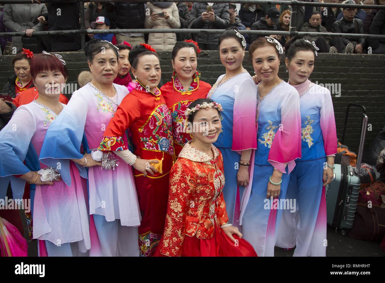 Ritratto di un gruppo di ballerini cinesi pronti a eseguire durante il nuovo anno lunare in Chinatown, New York City. Immagini Stock