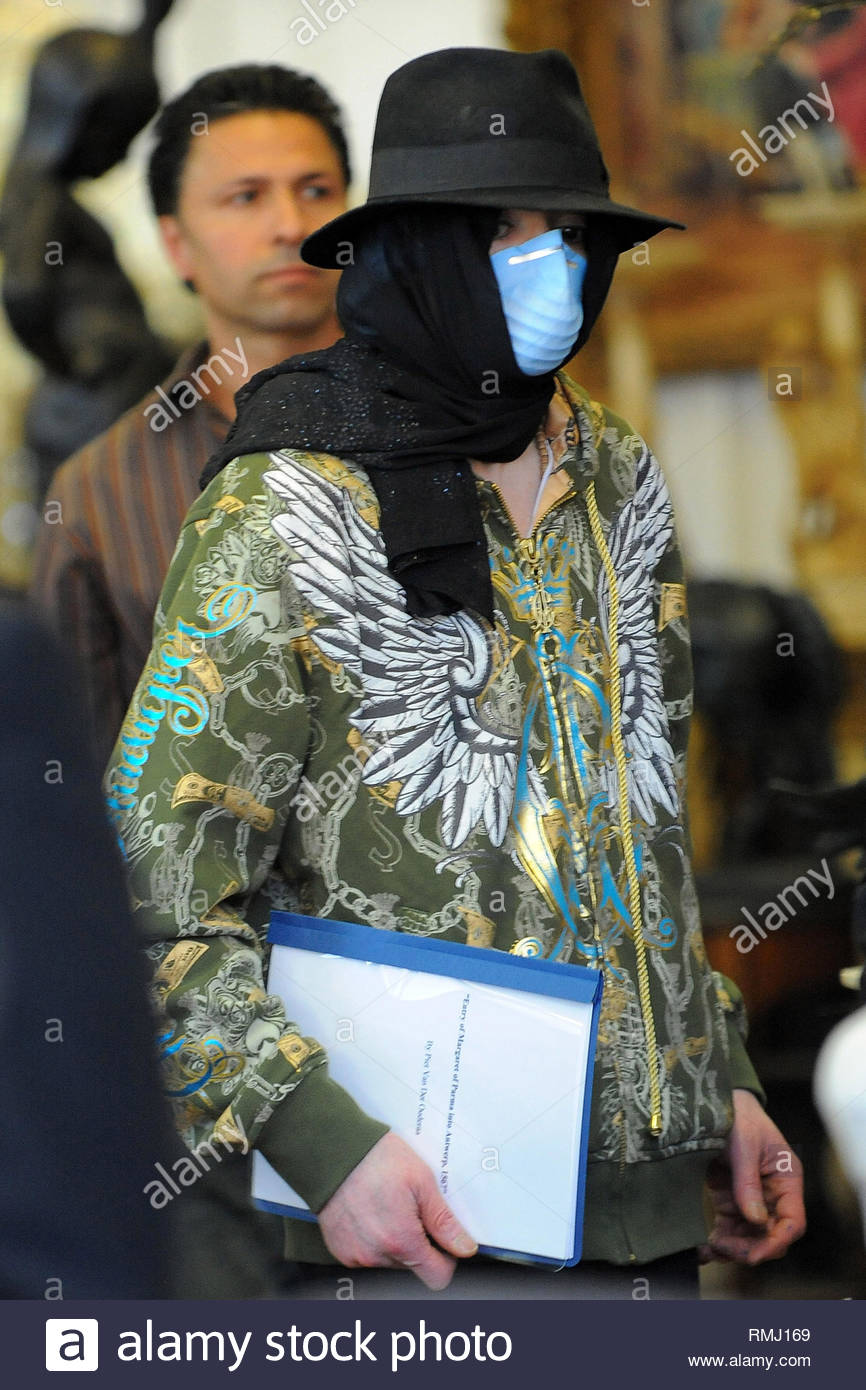 Michael Jackson coetanei fuori da dietro la mascherina chirurgica ... ea3b98257c6f