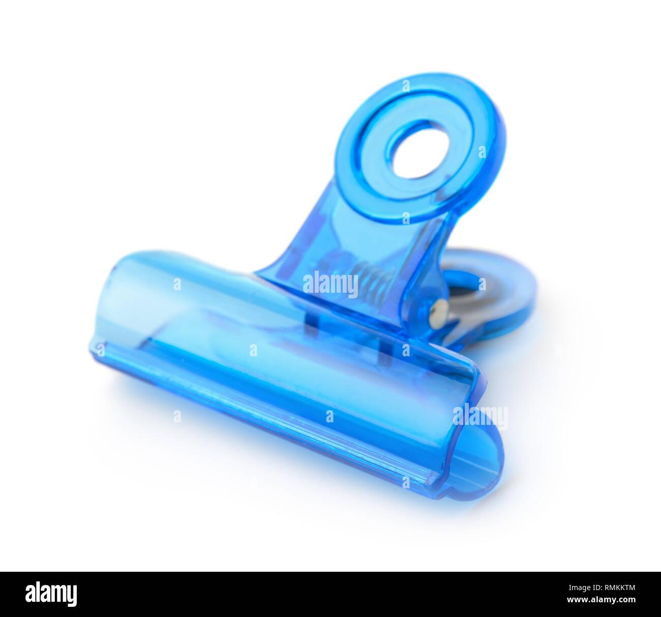 Plastica blu clip bulldog isolato su bianco Immagini Stock