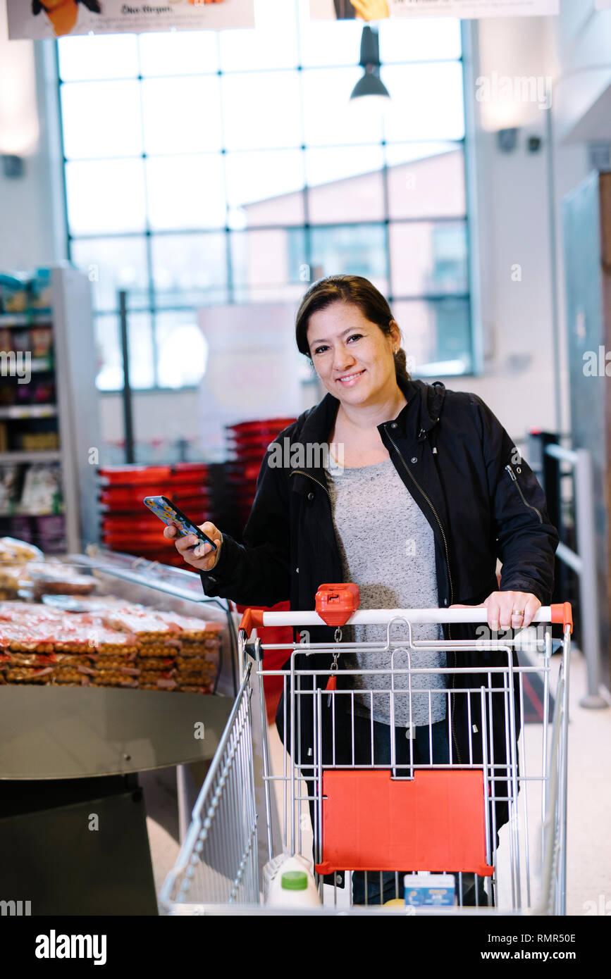 Donna fare la spesa shopping Foto Stock