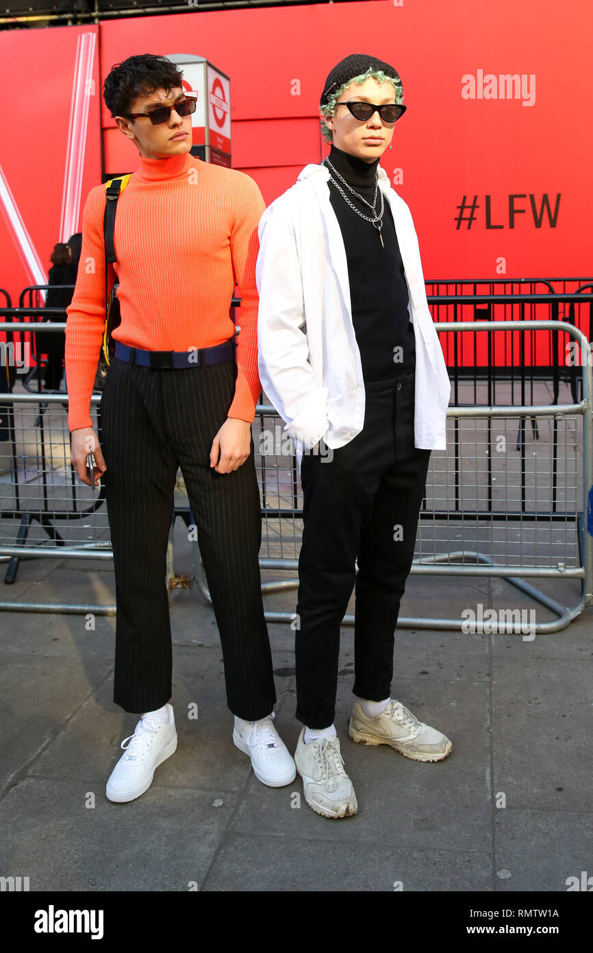 95eeee900b5f Gli ospiti che visitano la London Fashion Week sono viste mostranti fuori  con il loro street