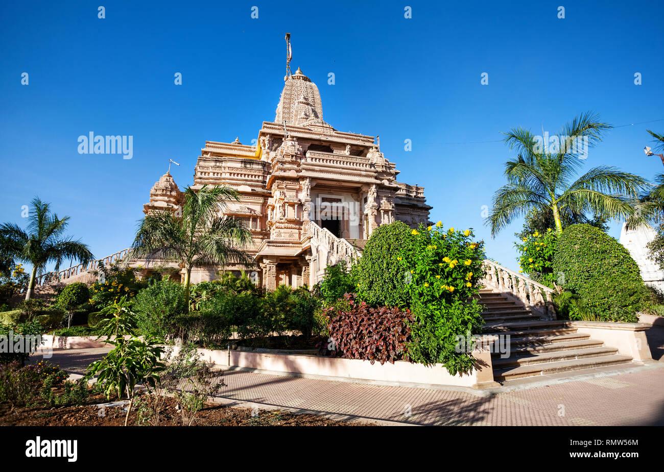 Tempio Jain dalla pietra arenaria e il giardino tropicale in Nasik, Maharashtra, India Immagini Stock