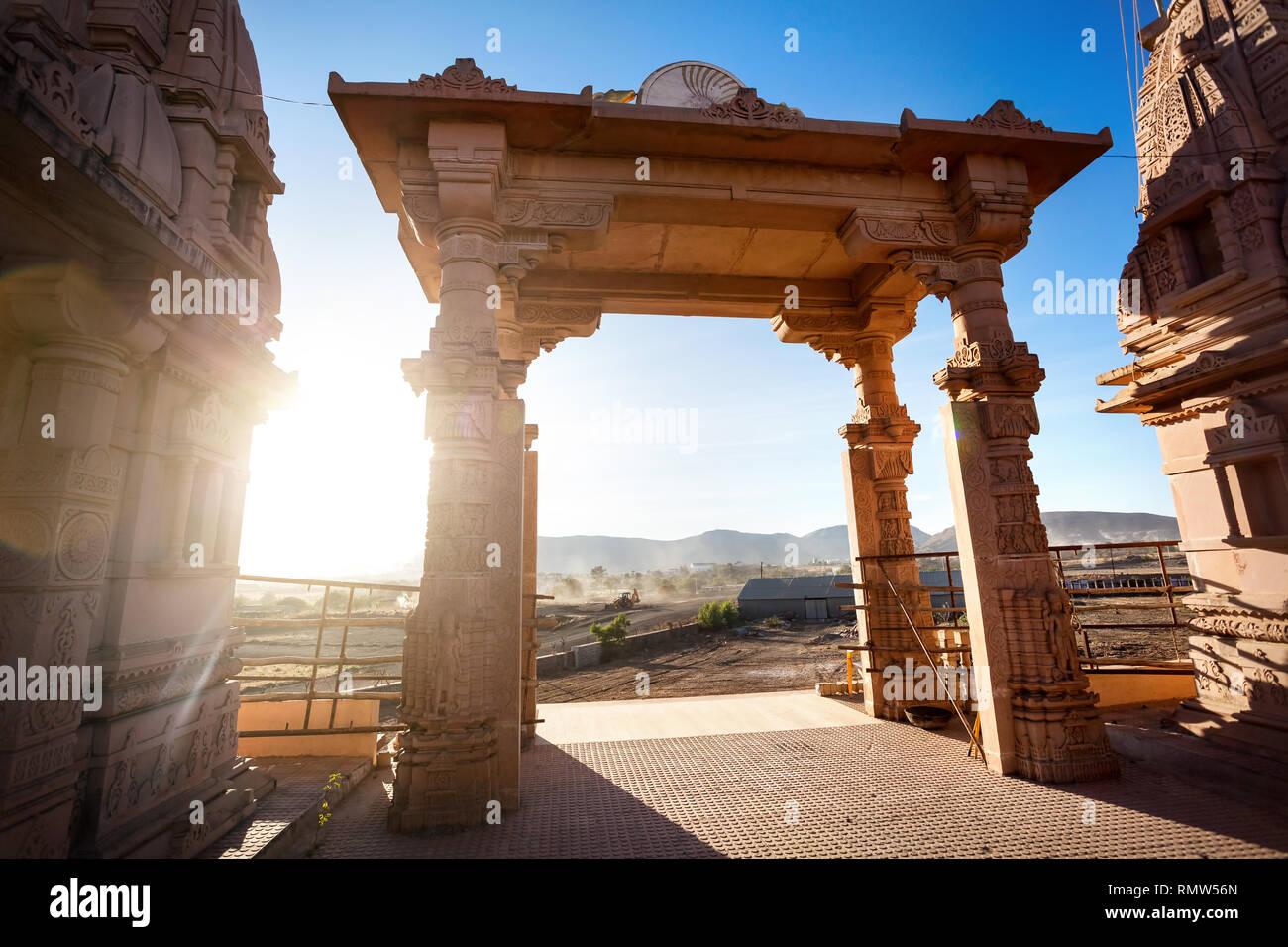 Tempio indiano arch al tramonto in Nasik, Maharashtra, India Immagini Stock