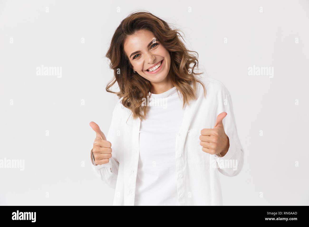Ritratto di Ben costruita donna in abiti casual che mostra un pollice alzato in piedi isolato su sfondo bianco Immagini Stock