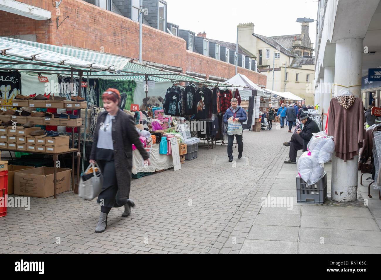 La gente acquista per gli elementi economici presso le bancarelle del mercato attraverso il Regno Unito in cerca di un buon affare su loro gli oggetti della vita quotidiana. Immagini Stock