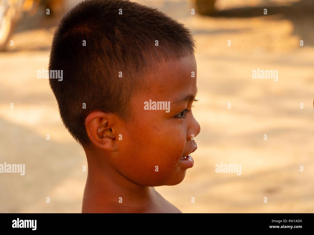 Ritratto di un simpatico, felice,sorridente, giovani, locale scuola primaria età bambino cambogiano Kampong Tralach, Oudong, Cambogia, Asia Immagini Stock