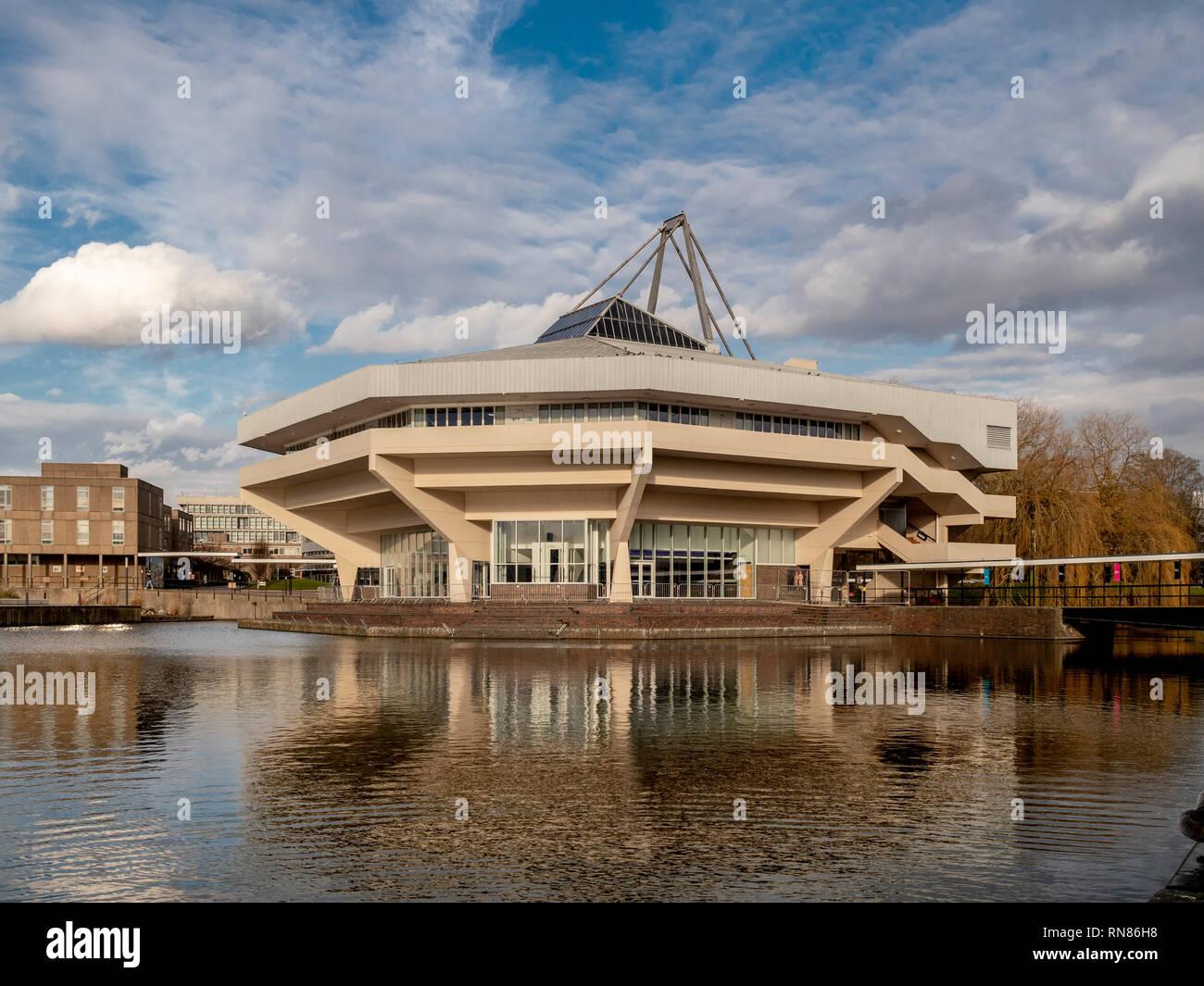 La sala centrale e il lago a York University, Regno Unito. Esempio di architettura Brutalist dagli anni sessanta Immagini Stock