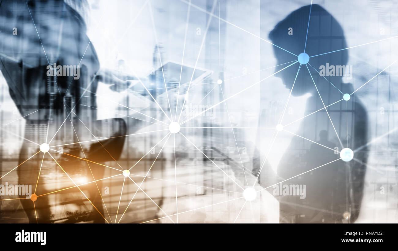 Rete Blockchain sui grattacieli sfocata sullo sfondo. La tecnologia finanziaria e il concetto di comunicazione Foto Stock