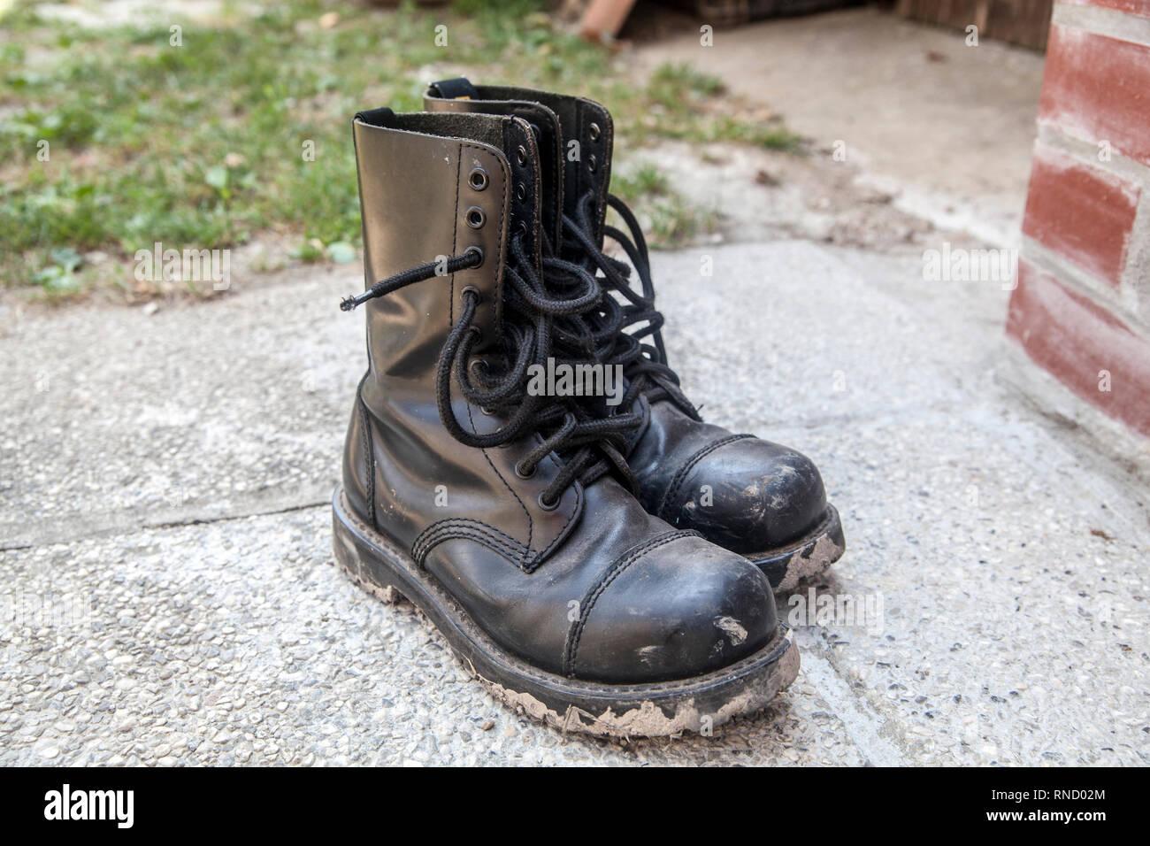 Sporco e fangoso stivali neri giorno dopo metal festival di