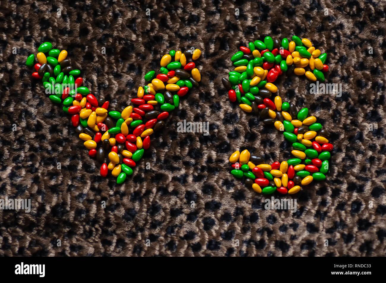 Il segno di confronto nel gioco o sport è rivestito con la caramella su un leopard Immagini Stock