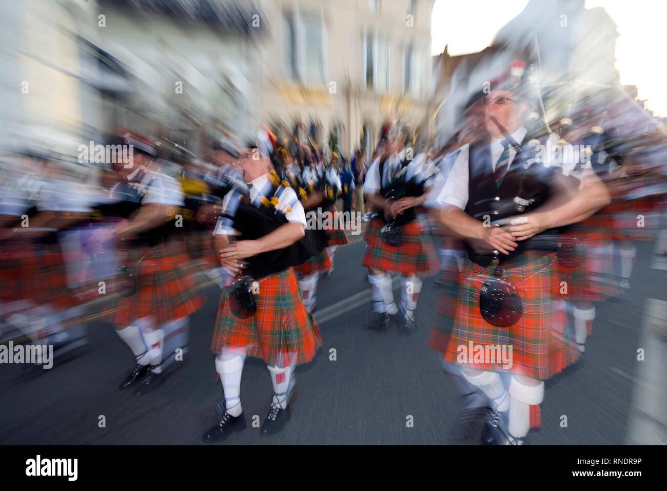 Tubo , Band, cornamusa, marciando, tartan kilts, zoom blur, astratta, fotocamera, tecnica, 2011, Ryde Carnevale, Ryde, Isola di Wight in Inghilterra Immagini Stock