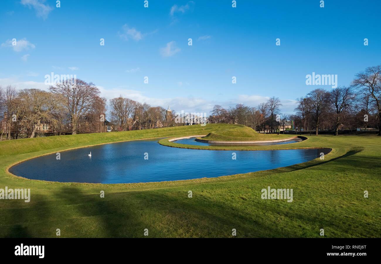 Vista esterna dei rilievi e paesaggisto parco con laghetto a Scottish Galleria Nazionale di Arte Moderna - uno, a Edimburgo, Scozia, Regno Unito Immagini Stock