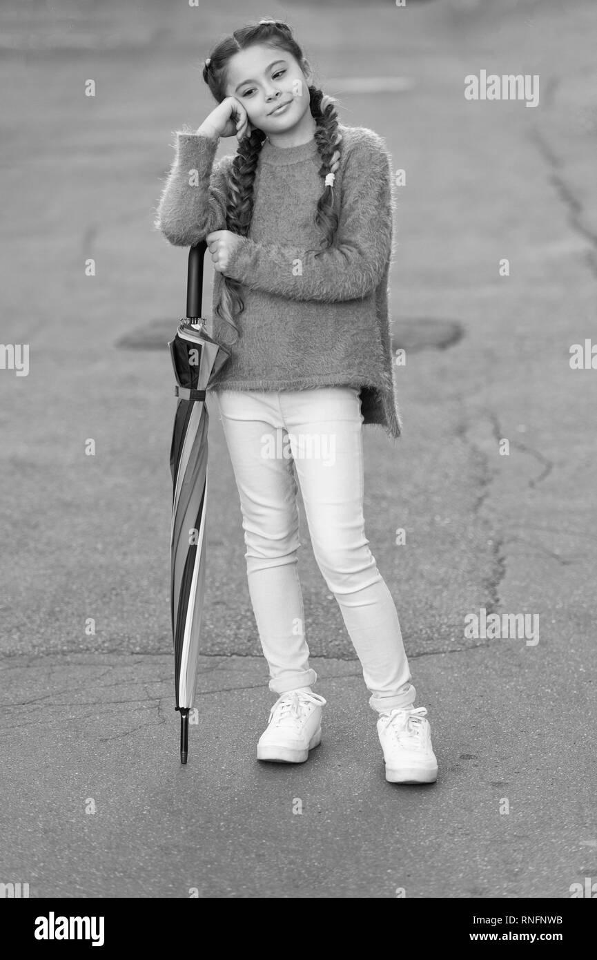 Accessori colorati per il buon umore. Bambini ragazza capelli lunghi pronto  soddisfare autunno Meteo con ombrello. Rimanere positivo caduta stagione. 2519e27060a3
