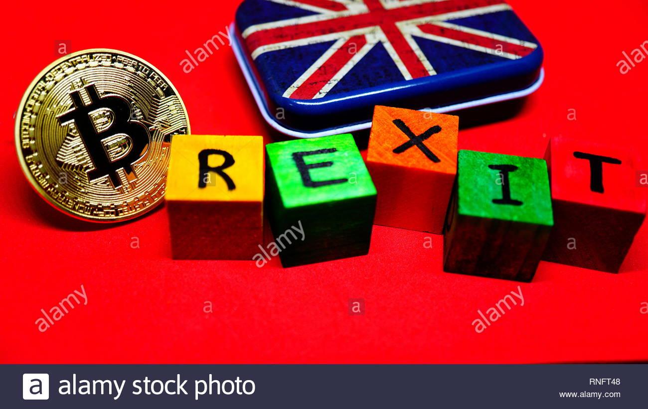 Golden Bitcoin Coin Formante La Parola Brexit Con Lettere Sul Cubo