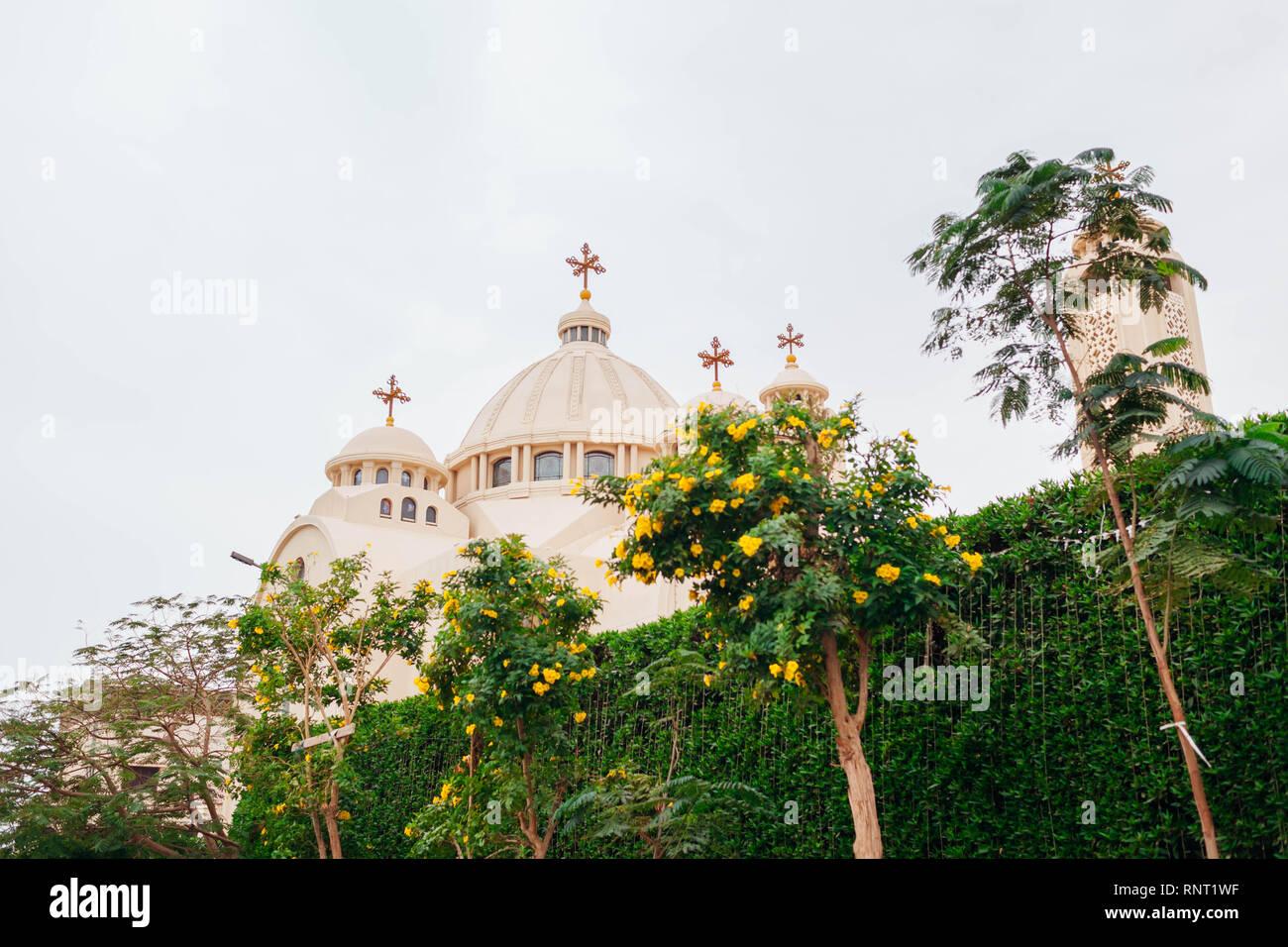 Christian Chiesa Ortodossa Copta in Sharm El-Sheikh, Egitto. Esterno sulla giornata piovosa circondato con alberi Foto Stock
