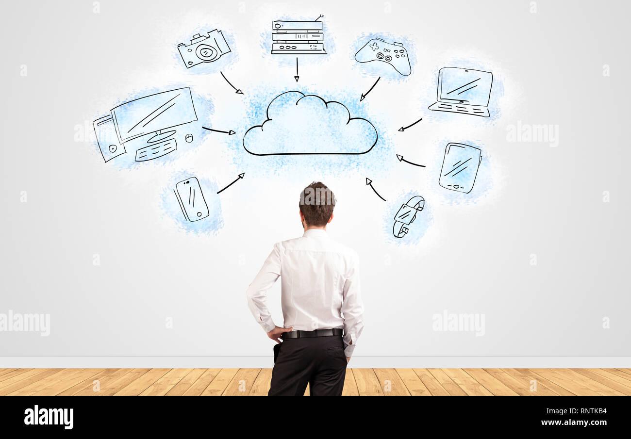 Giovane imprenditore nel dubbio cercando di una parete con tecnologia cloud concept Immagini Stock