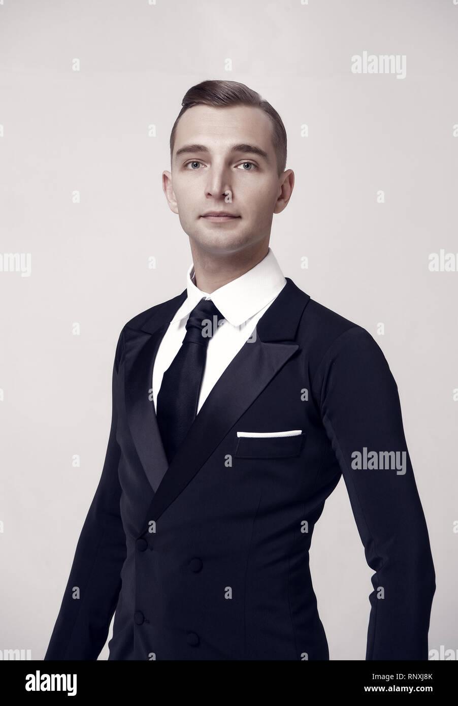 Matrimonio Elegante Uomo : La sala da ballo ballerino in elegante smoking uomo in abito