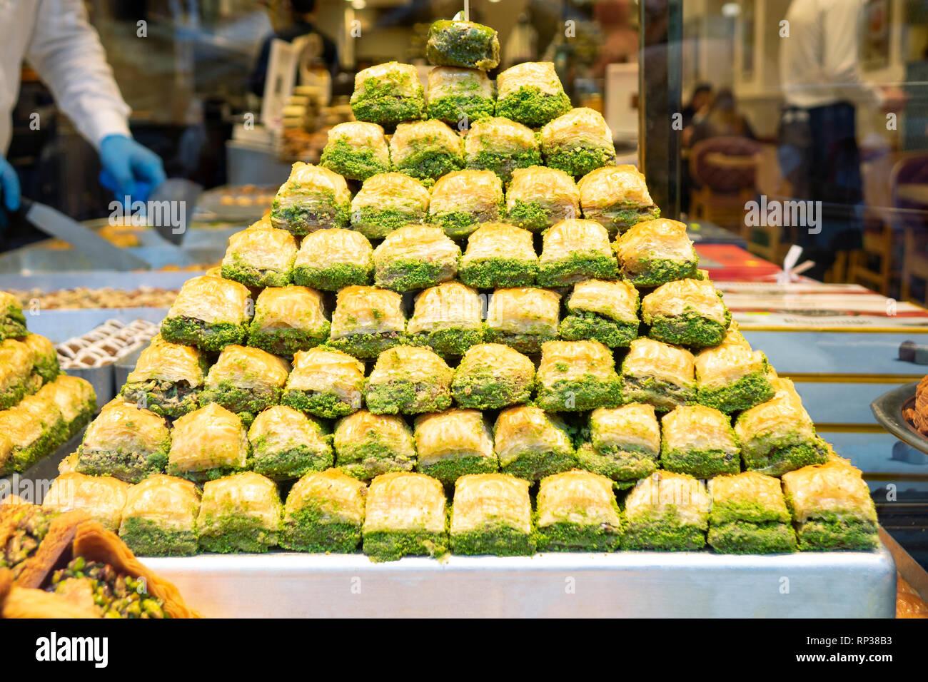I dolci orientali in un ampio intervallo, baklava, delizie turche con mandorla, anacardi e pistacchi di Bronte su piastre Foto Stock