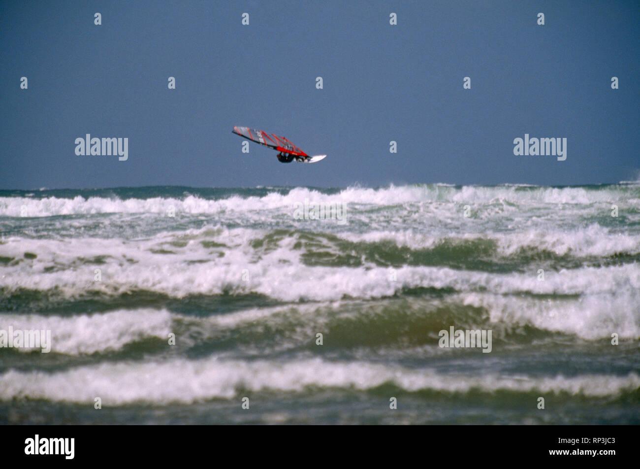 Wind surf sulla costa Atlantica selvaggia, nella contea di Kerry, Irlanda Immagini Stock