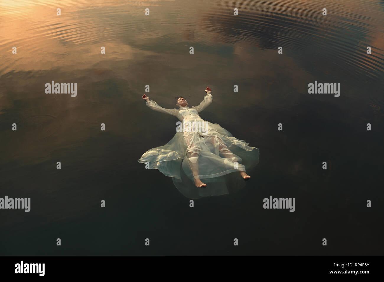 Fanciulla morta galleggiante nella acque del lago Foto Stock