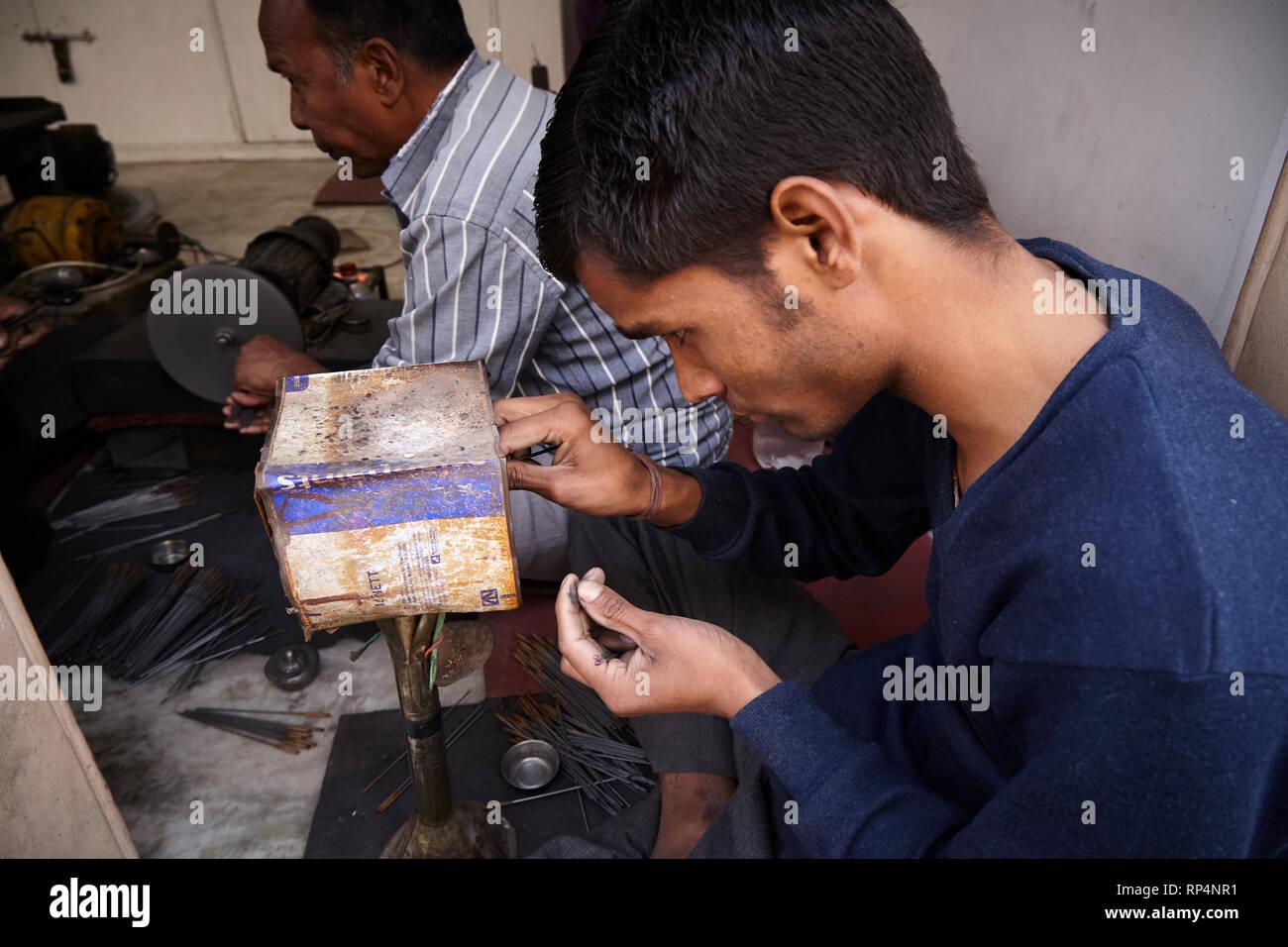 Gli artigiani lucidi pietra preziosa in una piccola fabbrica. Immagini Stock