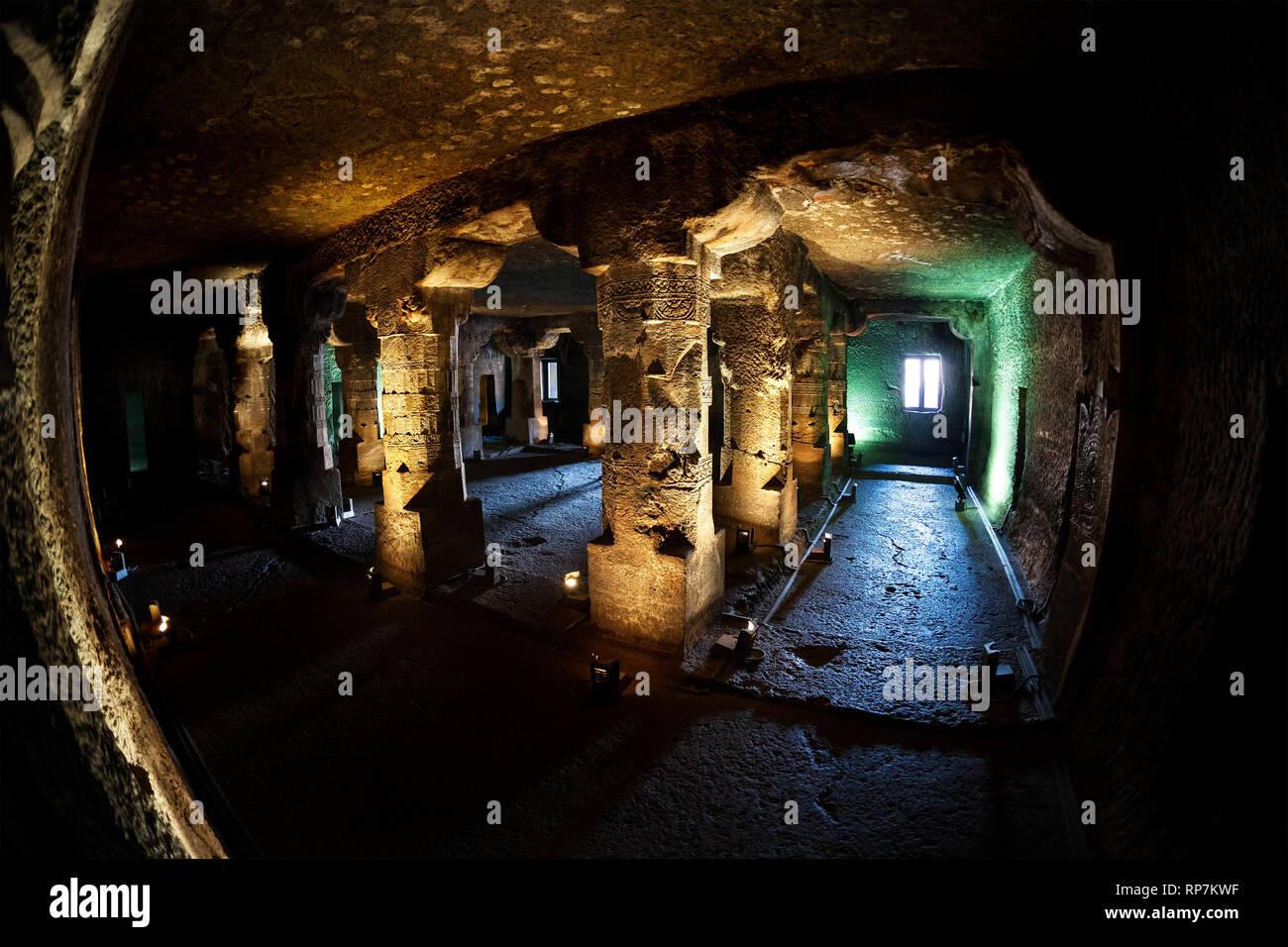 Colonna scolpita di antica grotta sotterranea in Ellora grotta nei pressi di Aurangabad, Maharashtra, India Immagini Stock