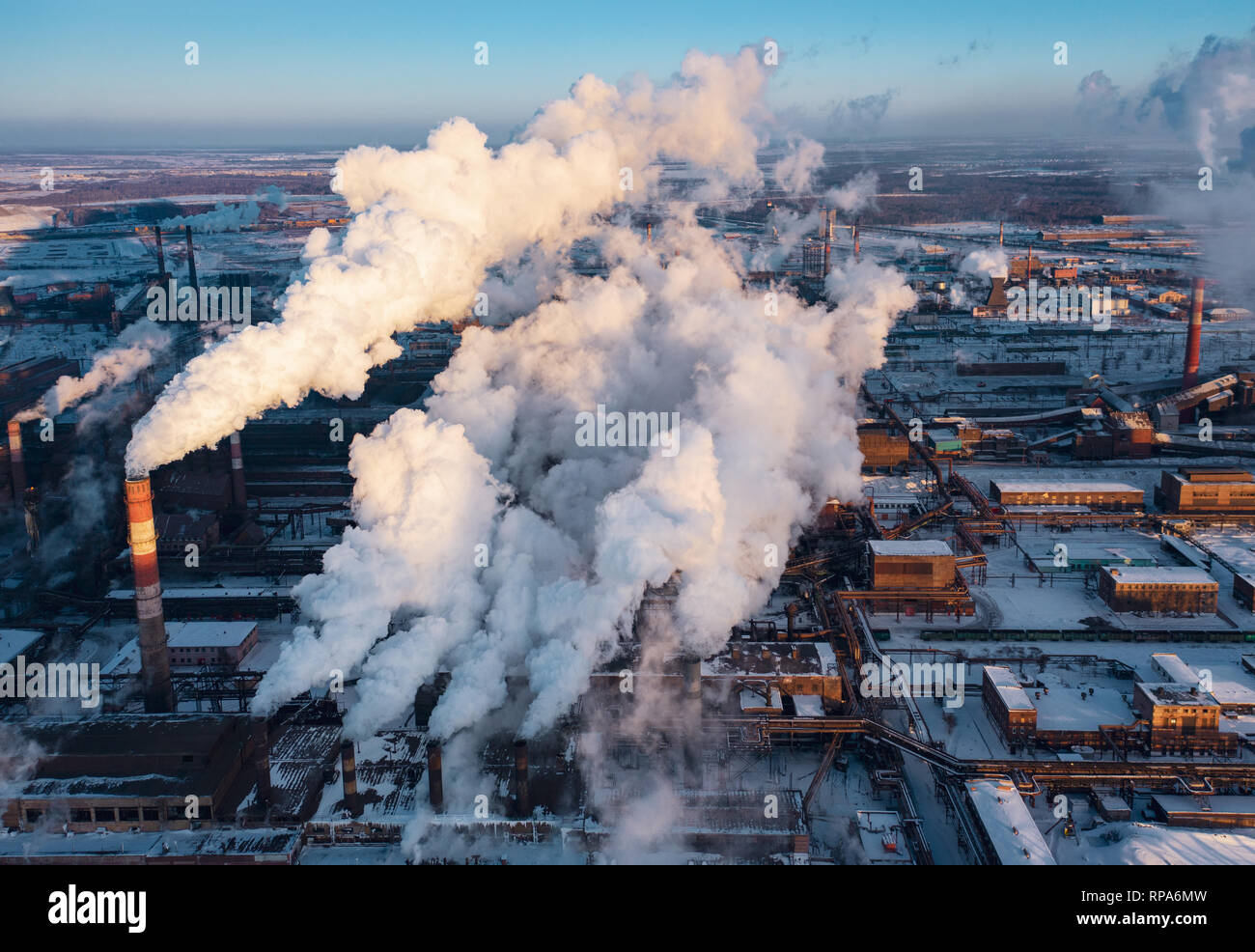 Vista panoramica di industria pesante con impatto negativo sulla natura; le emissioni di CO2, tossici gas velenosi da camini; rusty sporco oleodotti e clou Foto Stock