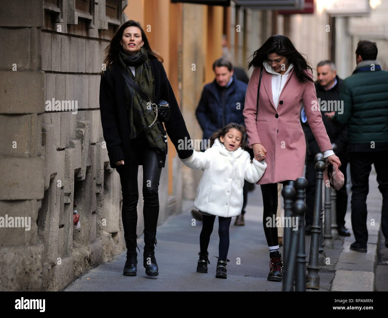 Milano, Dayane Mello e la figlia Sofia il centro a piedi Dayane Mello  sorpreso a piedi attraverso le strade della città con la sua figlia Sofia,  nato dalla relazione con Stefano sala