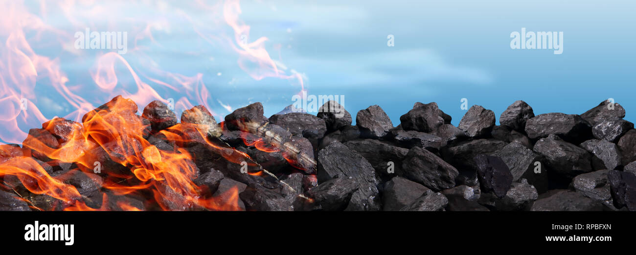 Un mucchio di nero carbone arde e rilascia biossido di carbonio in atmosfera tra altri veleni. Immagini Stock