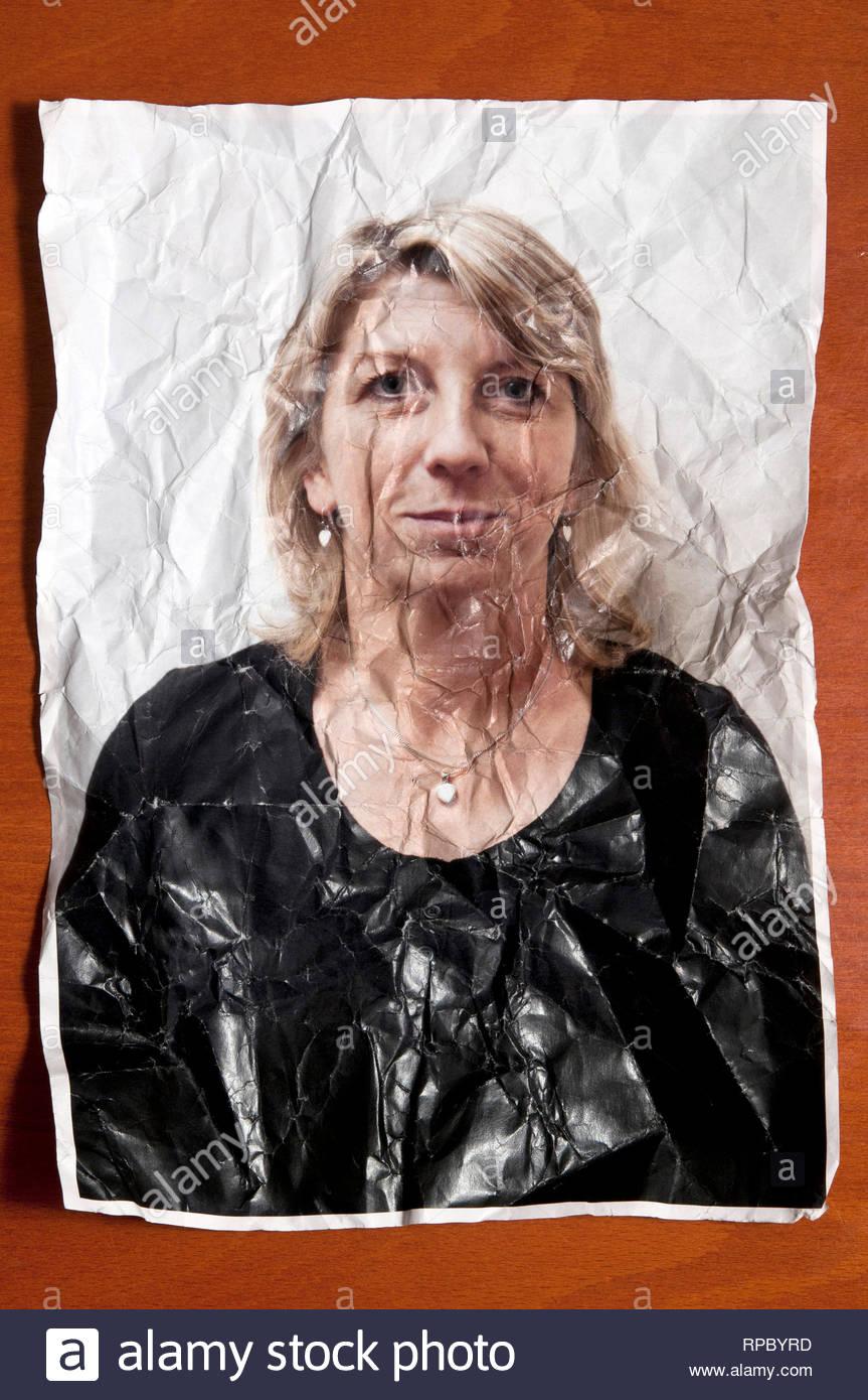 Foto ritratto di una donna bionda spiegazzato e rugosa, concetto di invecchiamento Immagini Stock