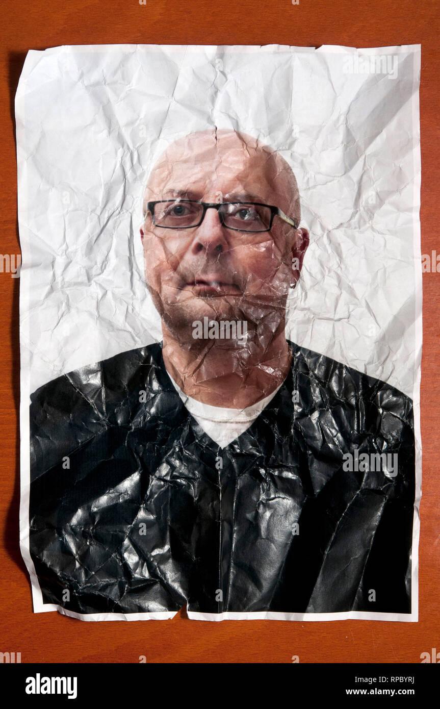 Foto ritratto di un uomo calvo con occhiali spiegazzato e rugosa, concetto di invecchiamento Immagini Stock
