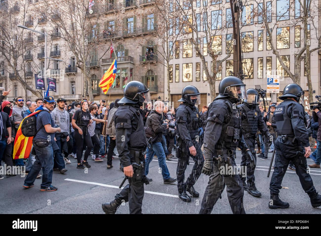 Agente della polizia Mossos d'Escuadra sono visti in ritiro dopo aver fatto diverse accuse contro i dimostranti durante lo sciopero. Uno sciopero generale in Catalogna alla domanda, i diritti di libertà e di denunciare le prove che si svolgono presso la Suprema Corte di Giustizia di Madrid. Organizzato dall'intersindical-CsC, numerosi manifestanti hanno seguito lo sciopero generale in tutta Catalunya con fermate del traffico nelle principali strade urbane. Foto Stock